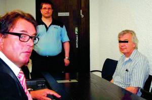 rob savelberg  Onderwerp: kunstvervalser     mijn foto voor Nieuwsdienst     kunstvervalser Robert D.( Driessen) uit Arnhem voor de rechtbank in Stuttgart.   Hij vervalste 1300 Giocamettiís en geldt als de productiefste kunstvervalser in Europa.  te zien ook zijn Duitse advocaat Werner Haimaye